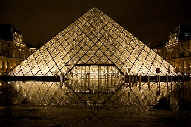 louvre skleněná pyramida