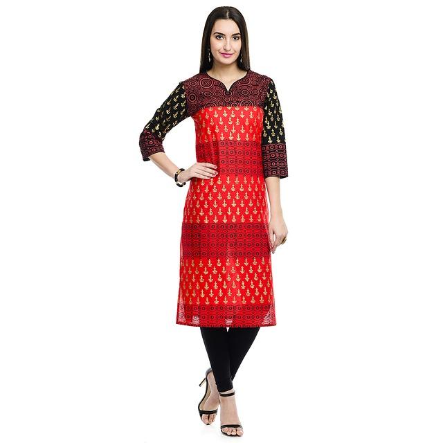 dívka v červenočerných šatech