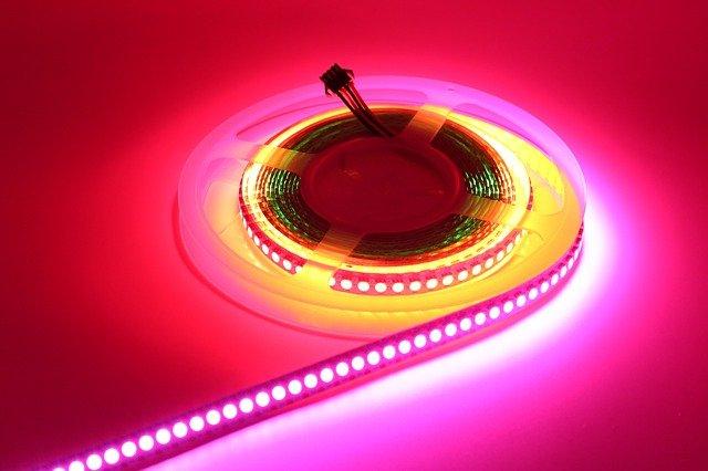 Ako oživiť atmosféru v podniku využitím originálneho osvetlenia