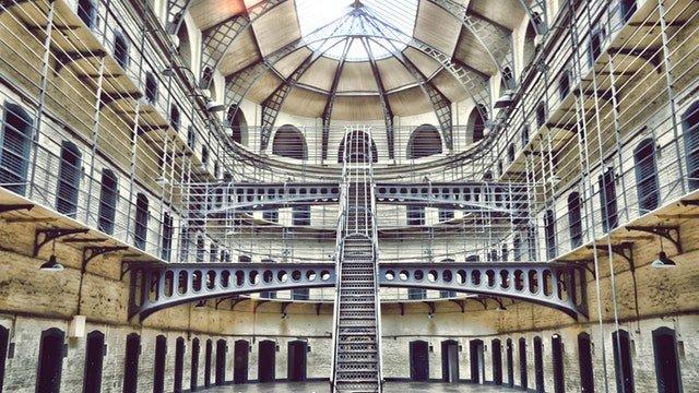 hala vězení