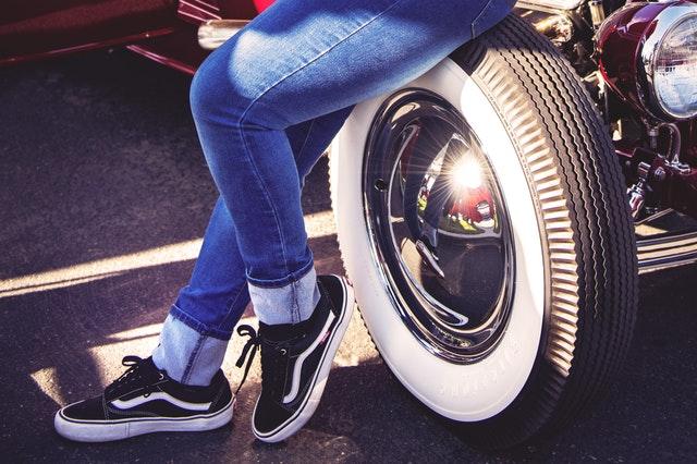 Auto, nohy opreté o koleso