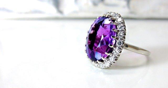 Strieborný prsteň s fialovým kameňom.jpg
