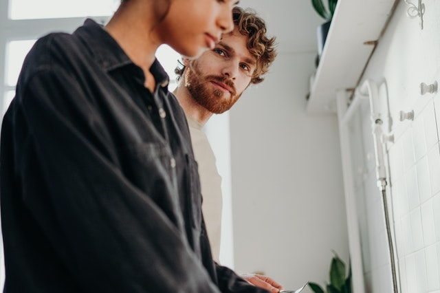 Muž sa pozerá na ženu v čiernej košeli